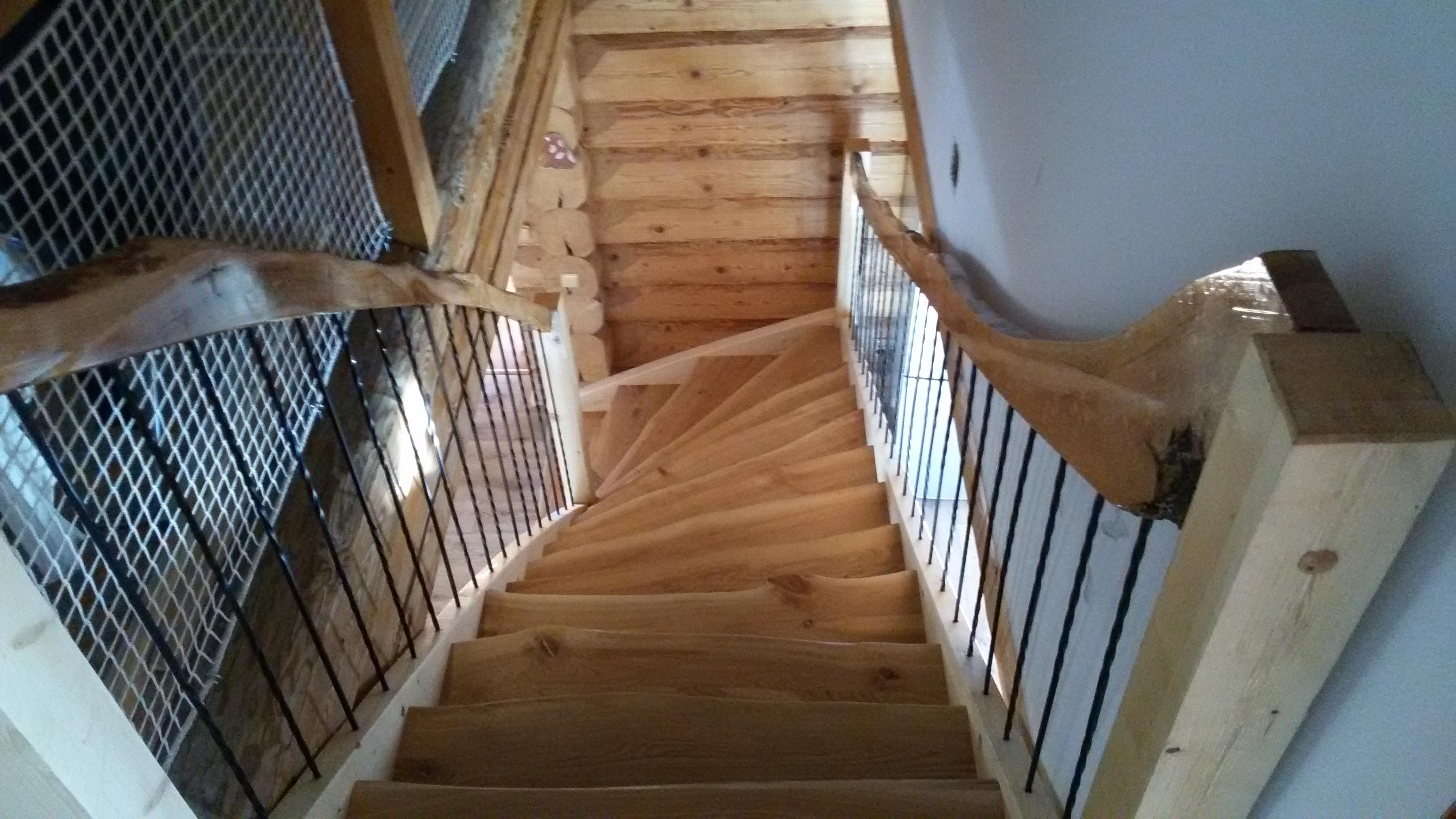 Masivní schody do srubu z třešňového dřeva