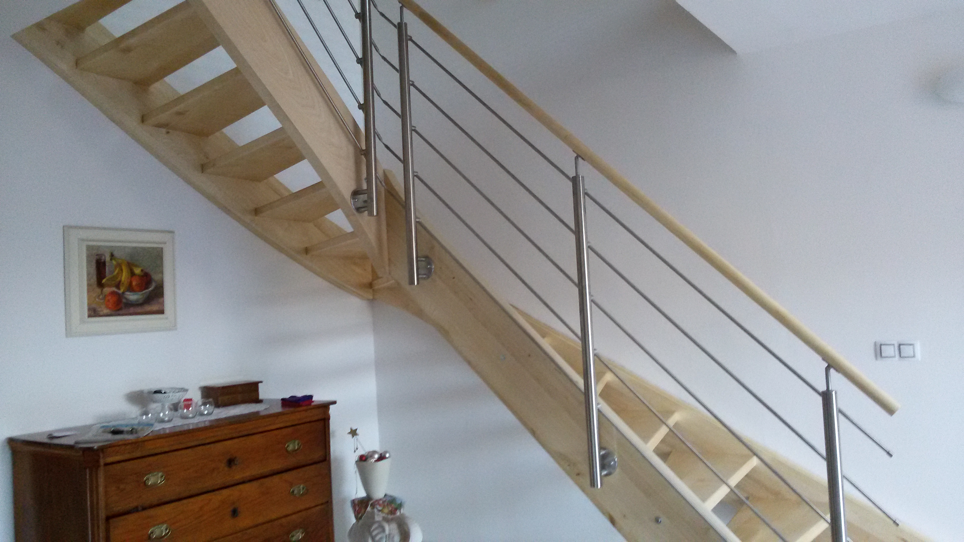 Lomené schody v kobinaci s nerezovým zábradlím