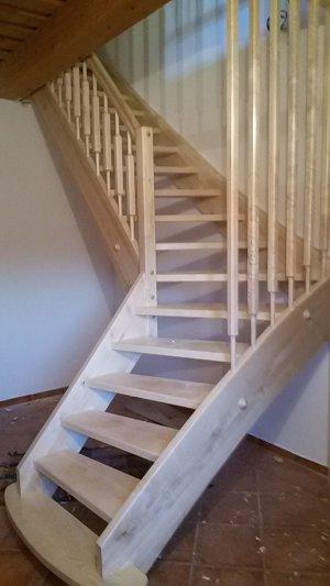 Masivní lomené schody z javoru